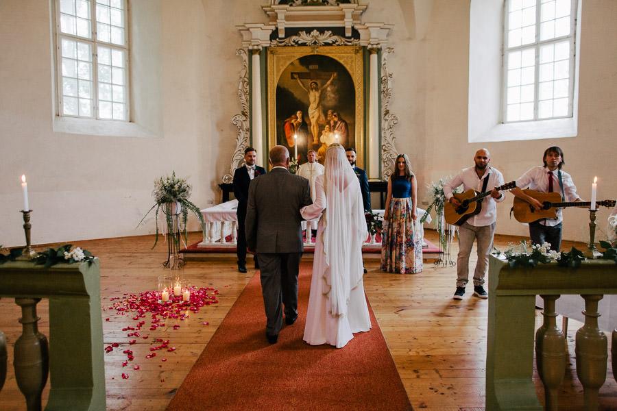 kāzu ceremonija matīau baznīca