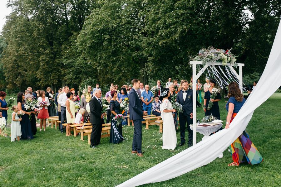 kāzu ceremonija ārā