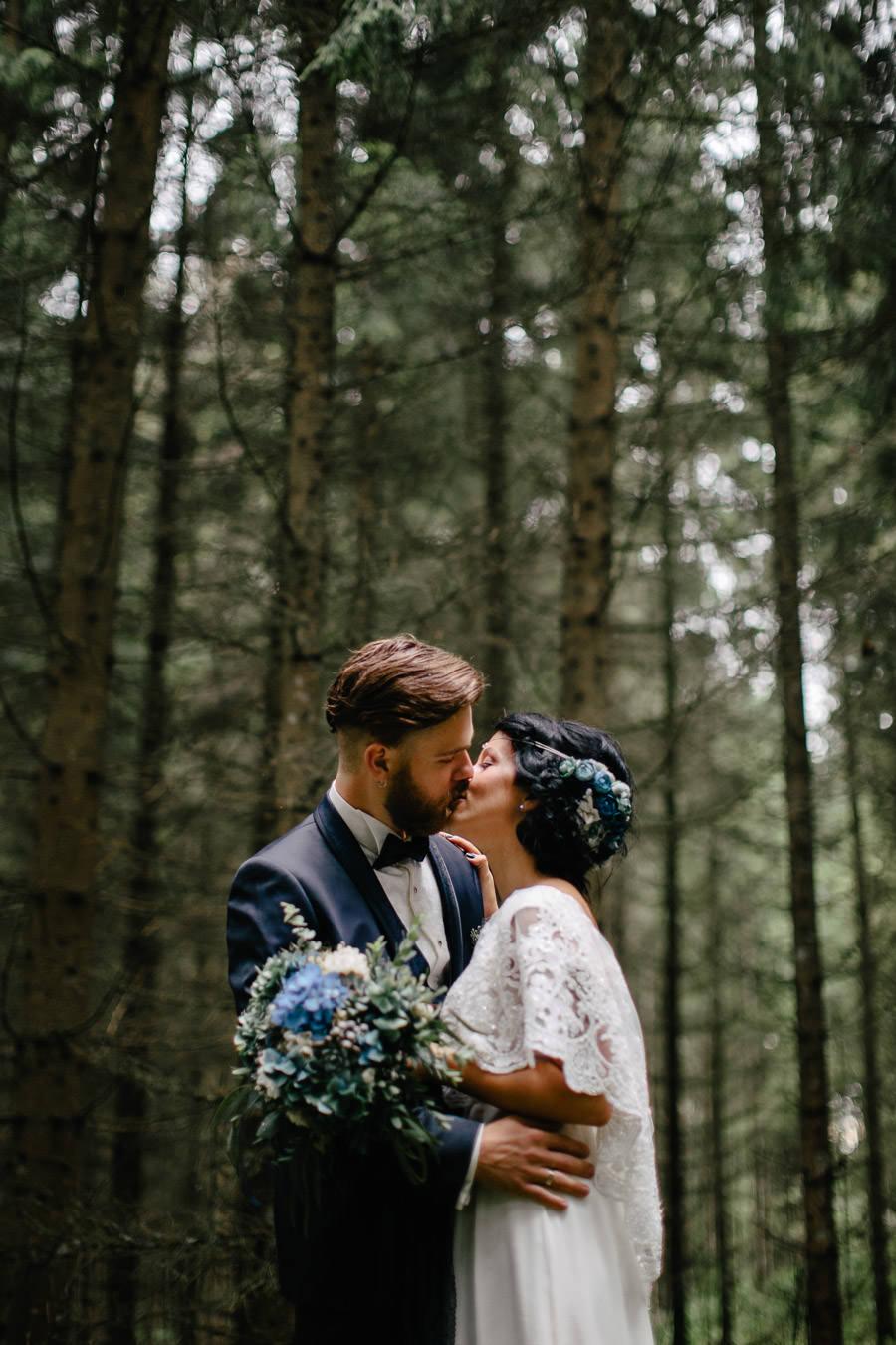 kāzu fotosesija mežā