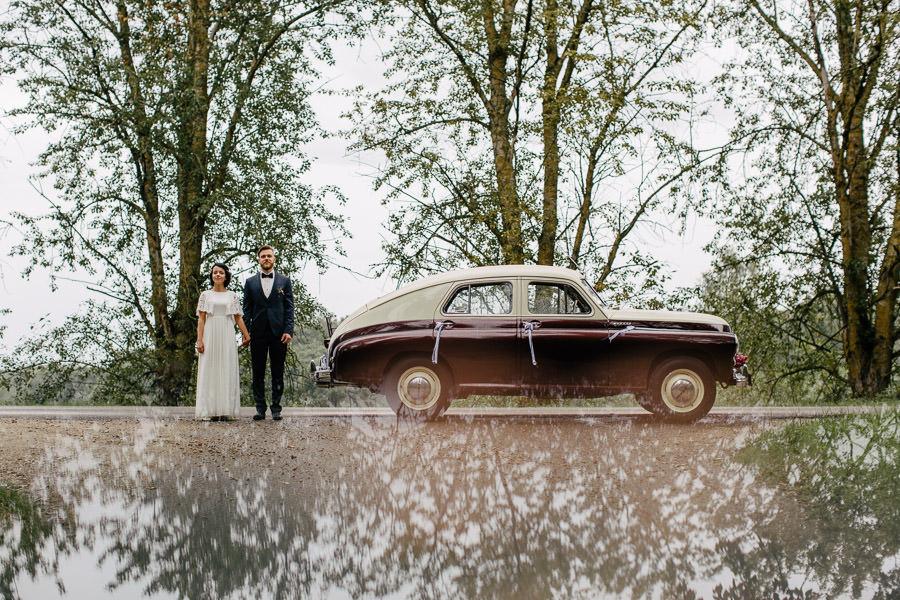 kāzu auto jaunais pāris
