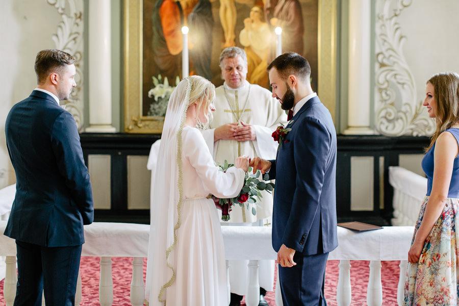 laulību gredzenu mīšana